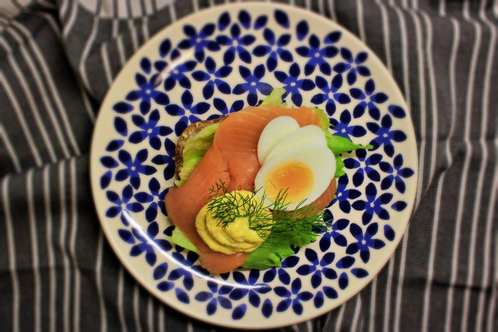 Smørrebrød med æg på røget laks